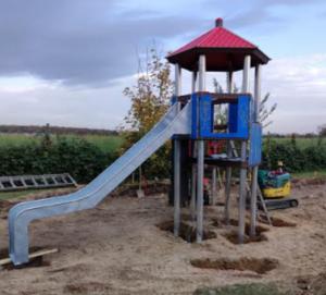 Spielturm mit rotem Dach